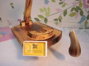 (送料無料)5.800円 沖縄三線専用 木製台、オランダ牛丸爪、滑り止め松脂セット