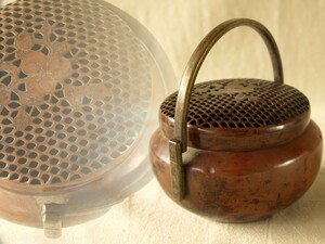 江戸時代 赤銅 手炉シュロ13.5cm桃紋透かし彫り火入 手焙り 手炉 香炉 古銅 大名行列 香炉 檀香熏炉 銅炉 香道具 駕籠手あぶり