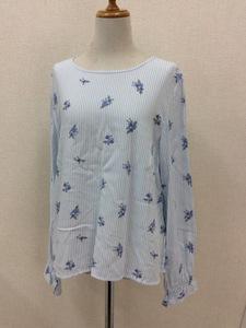 H&M DEVIDED 長袖バックボタンブラウス 白に水色のストライプ 青の小花柄 ノーカラー サイズEUR38
