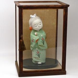 【3点セット】 土人形 (高さ26cm 着物の少女) + 台座 + ガラスケース (高さ36cm) 引き戸式 木製枠