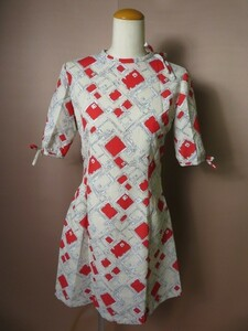 昭和レトロ お仕立て 60~70年代 幾何学模様のワンピース ベージュ×赤 5分袖 リボン使い M レトロモダン 春夏物 デッドストック 古着