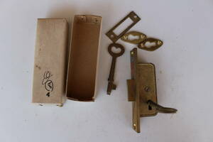 昭和レトロ アンティーク とって 鋳物 鍵 建具 真鍮 ブラス 金物 真鍮金物 引き手  バックセット  レトロ鍵  ビンテージ