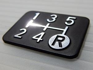 Tuningfan ダイヤカット シフトパターン プレート 5MT 5速マニュアル車用 SPP-K501 精密 立体感 プレス金型 車検 エンブレム ステッカー
