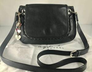 美品 Agnis b アニエス・ベー 可愛い フォーマル冠婚葬祭 上質本革 軽量 ブラック 上品なスタッズショルダーバッグ 。ロゴチャーム付き。