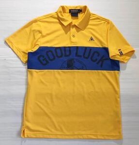 《le coq sportif GOLF ルコックゴルフ》ロゴ刺繍 GOOD LUCKプリント 半袖 ポロシャツ イエロー×ブルー L