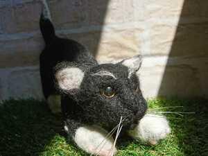 獲物を狙う黒猫(ハンドメイド・羊毛フェルト)
