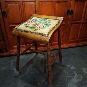 フランス アンティーク プチポワン 刺繍 小ぶりな古木のスツール 椅子 足置き オットマン