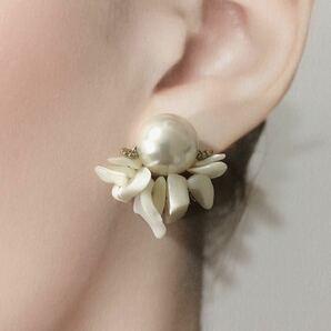 WE22 マザーオブパールさざれ 白蝶貝さざれピアス パールホワイト 青 白 真珠母貝 さざれ石 天然石ピアス・イヤリング ヴィンテージ 風
