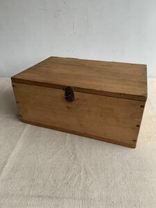 珍しい鉄製留め金具が付いた古い木箱 道具入れ木製古道具アンティークビンテージ店舗什器シャビーインテリアディスプレイ収納飾り出店展示