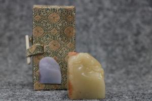 巧色芙蓉石 寿山石 璃龍鈕 重さ43グラム 本体サイズ3.7x2.8x1.8cm 印材 印章 篆刻