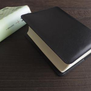 送料込み★かばん屋さんのハンドメイド★本革レザーブックカバー 聖書用ブックカバー★ブラック★聖書 旧約続編つき-新共同訳に対応します