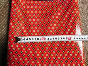 ヴィンテージ&レトロ スイス製 ワックスペーパー 包装紙 (赤い背景に緑と黄色の小さな幾何学模様) 50cm×55cm