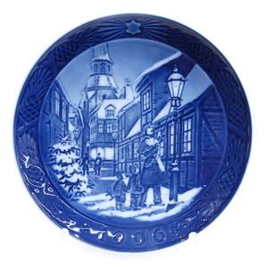 新品同様 Royal Copenhagen(ロイヤルコペンハーゲン)クリスマスプレート 1996年 街灯をともす頃 18cm 皿 食器 ブルー #802【Fや】