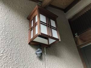 和風 照明 外灯 玄関 KOIZUMI センサー ライト 木枠 アンティーク 玄関 野外用 AUE345155 60w 100v 白熱灯器具 LED 古風 茶色 木製フレーム