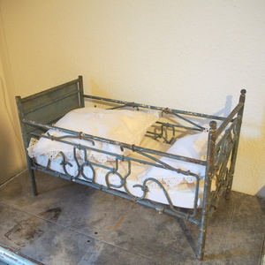 希少 アンティーク フランス メタル製 ベッド 大ぶり ままごと 人形 古い ディスプレイ店舗什器 シャビー ドールベッド ミニチュアシャビー