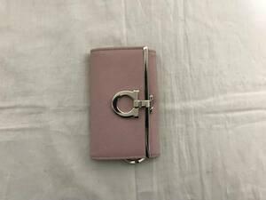 本物フェラガモ本革サフィアーノレザーガンチーニ金具二つ折りキーケース鍵キーリング旅行ピンクグレートラベルメンズレディース