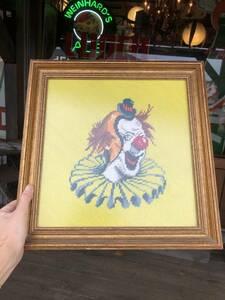 即決 ビンテージ クラウン ピエロ クロスステッチ 刺繍アート 額付き 壁飾り ウォールデコレーション サーカス アメリカ