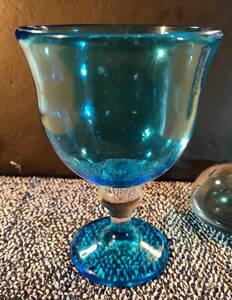 青いワイングラス