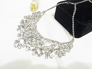 ●ラグジュアリー感 輝く大中小のラインストーンビジュー 高級感漂う シルバーカラー プラチナカラー 銀色 チョーカーネックレス
