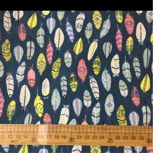 生地 ハギレ 羽根 花柄 50cm カラフルフェザー イラストポップ柄 ネイビー