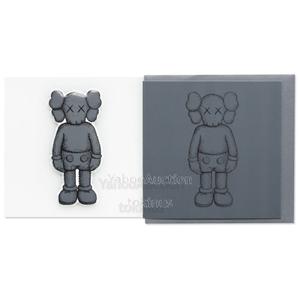 【新品未使用】KAWS NGV パフィーステッカー&グリーティングカード コンパニオン (ダークグレー) カウズ Greeting Card & Puffy Sticker