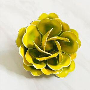 US ヴィンテージ*ライムグリーンとレモンの混合色エナメルのフラワーブローチ