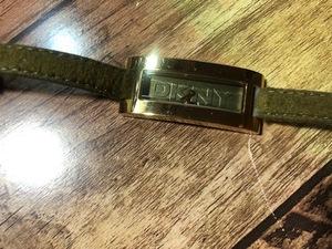 BK048 良品程度 DKNY ダナキャランニューヨーク NY-3115 ゴールド×モスグリーン 角ケース 純正ベルト クオーツ レディース 腕時計