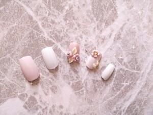 マット白&ピンクお花のネイル