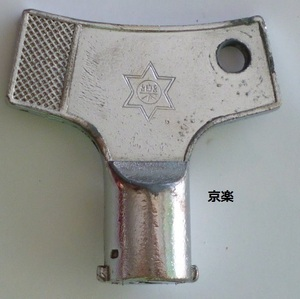☆ 鍵番号:マグネット式/楽 京楽 パチンコメーカー純正のドアキーです。(中古品) かぎ カギ