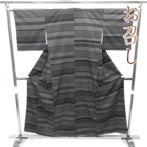 ★きもの北條★ 特選 御召 お召し 縞模様 シンプルで洗練された装いに 黒色 着物  A561-2 SA 【未使用】