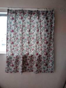 ★カーテン 赤い花柄 背景はグレーっぽい白  2枚