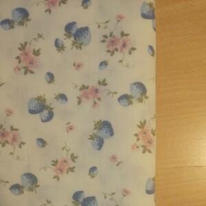 YUWA 松山敦子さんデザイン 綿100% ダブルガーゼ いちご柄 クリームイエロー系 青いちご生地巾の半分×約50cm