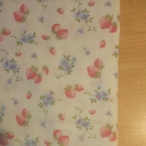 YUWA 松山敦子さんデザイン 綿100% ダブルガーゼ いちご柄 クリームイエロー系 赤いちご生地巾の半分×約50cm