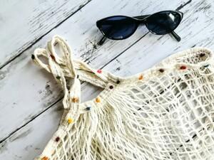 ハンドメイド 生成りのネットバッグ  ポンポン毛糸の手編みの飾り メッシュバッグ マルシェバッグ エコバッグ