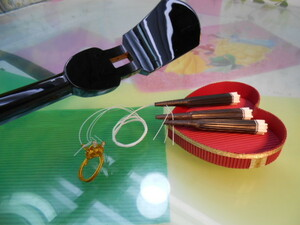 (送料無料)8.980円 沖縄三線専用 硬木棹、カラクイ、糸掛け付き三種弦セット 自作派向けに最適