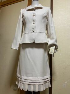 オフホワイトスーツ