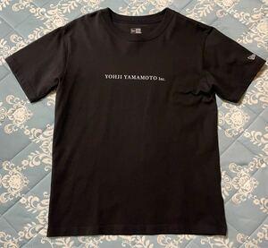 ヨウジヤマモト ニューエラ ロゴプリント Tシャツ yohji yamamoto new era