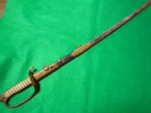 海軍の指揮刀    鞘は革巻き  軍刀短剣