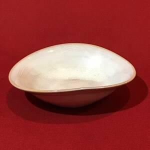 A2954●変形皿 薄ピンクベージュ 銘あり 菓子皿 盛皿 約15×13.5×h4.5㎝ スレキズ汚れなどあり 中古