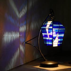 美品 ヴィンテージ ステンド グラス アイアン テーブル ライト モダン インテリア 照明 ナイト ランプ 卓上 ブルー 工芸 ガラス 硝子