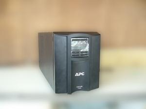 *APC Smart-UPS 1500 SMT1500J правильный поверхность дисплей установка батарея замена установленная дата Oct-2017*