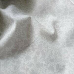はぎれ生地(131) 約25㎝×110㎝ 綿100 薄手 透かし絵風なボタニカル柄 美品