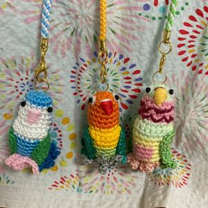 刺しゅう糸で編んだ手編みのインコのストラップ3点セット、コザクラインコ.ボタンインコ.ウロコインコ 編みぐるみ