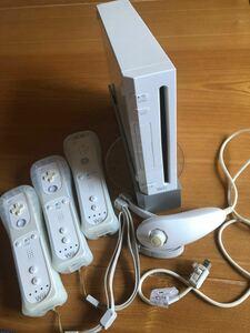 任天堂Wii本体  コントローラー3個 ヌンチャク1個 任天堂Wii 値下げ! ソフト2つ付けます!