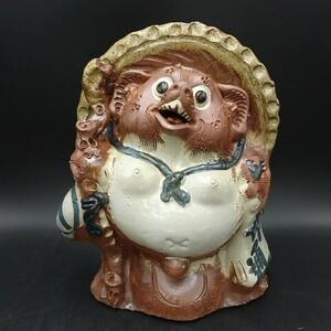 <120i611>狸 置物 たぬき 焼き物 陶器 縁起物 商売繁盛 工芸品  インテリア オブジェ 和風 高さ約41㎝ 横幅約33㎝