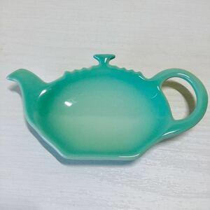 レア◆ルクルーゼ◆ティーホルダー クールミント LECREUSET 陶器 小皿 ティーポット型 ティータイム トレー 未使用