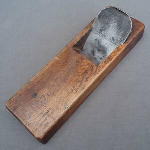 平鉋 一枚刃 在銘 刃幅約67㎜ 台幅約255㎜ かんな カンナ 古鉋 大工道具 工具 【8204】【DK627】【b】