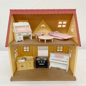 シルバニアファミリー ハウス お家★家具 キッチン テーブル デスク ピアノ 布団など 人形4体★まとめて セット〈3FW