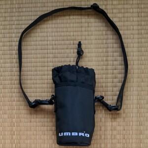 ペットボトルホルダー UMBRO 500ml 黒 (株)デサント UJA7122 外側:ナイロン製 内側:簡易保冷/保温加工