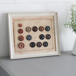 【merci】『古い大きなボタンシートと額』サンプル帳 ボタン アンティーク ボタン 19世紀 /フレーム ヴィンテージ レトロ カフェ アトリエ